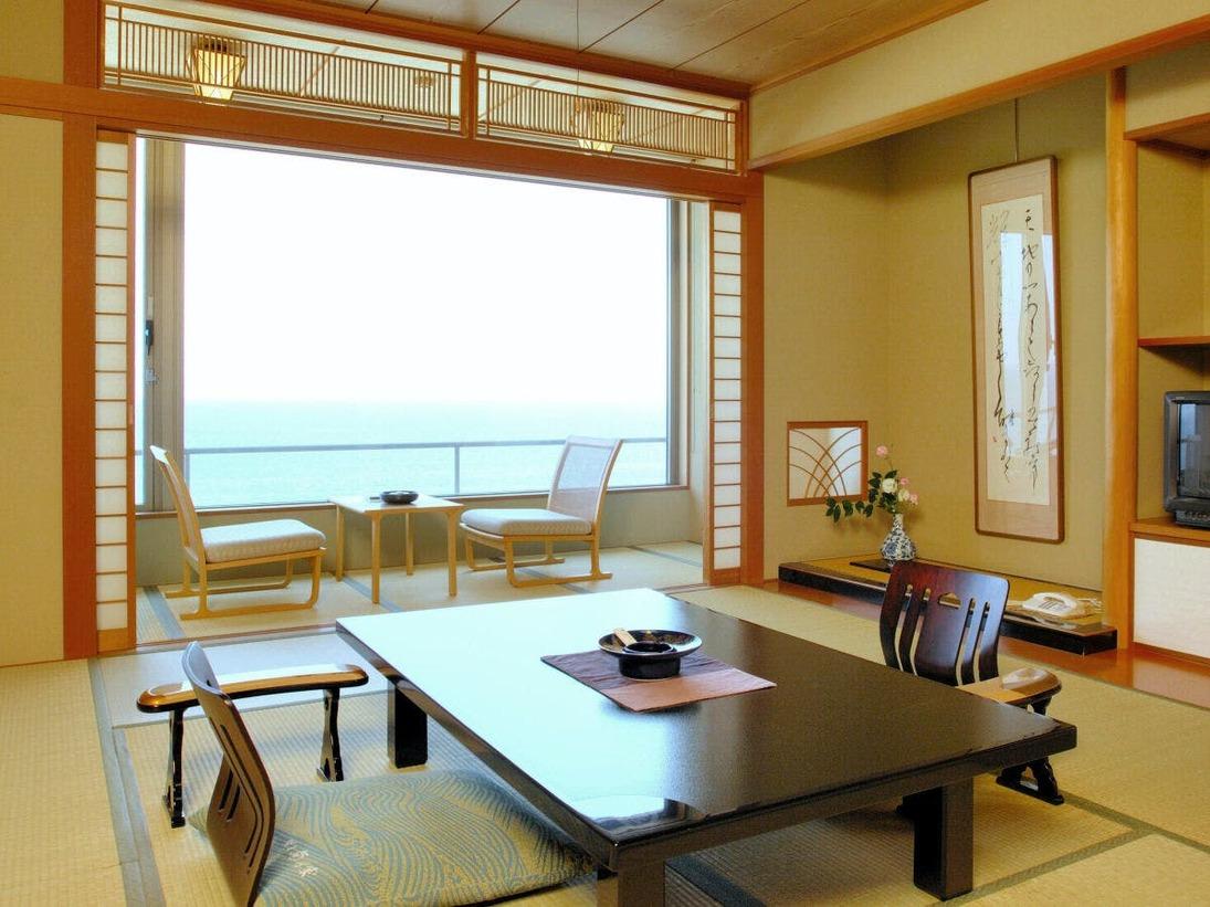 華美にはしることなく、和の心をしつらえた落ち着きのある客室。日本海が眼下に広がる