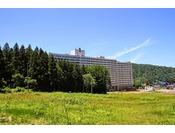 【グリーンシーズン・ホテル外観】越後の山々の囲まれた里山に位置するホテル。