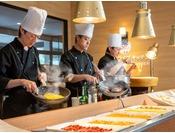 【朝食バイキング】目の前で仕上げるホテルならではの朝食!出来立てを召し上がれ~!