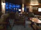 ハンドドリップによる香り高いミカフェートのコーヒーや、シンガポール発祥の人気紅茶TWGなどをお楽しみください。ナイトラウンジではしっとりとした大人の雰囲気の中でウイスキーやカクテルなどもいかがですか。