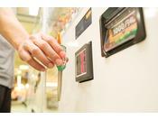 館内はキャッシュレスで自動販売機や食事、マッサージをご利用できます。