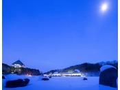 【外観】冬の夜、月明かりが青森屋を静かに照らします