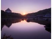 【外観】朝日が差し込み朝をむかえる青森屋