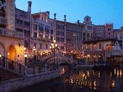 「水の都」ヴェネツィアをイメージ。たくさんの建物が立ち並んでいるような外観