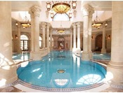 古代ローマを思わせるロマンティックな屋内プール