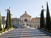 フィレンツェのデザインを取り入れたホテル正面エントランス