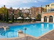 イタリアのリゾート地を思わせる優美な屋外プール