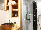 【シャワーブース(ネスト)一例】新館ネスト各部屋に備えられたボディシャワー。アメニティにもこだわりが。