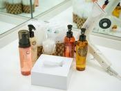 *【大浴場-アメニティ】メイク落とし、洗顔料、化粧水、乳液が揃っていて便利。