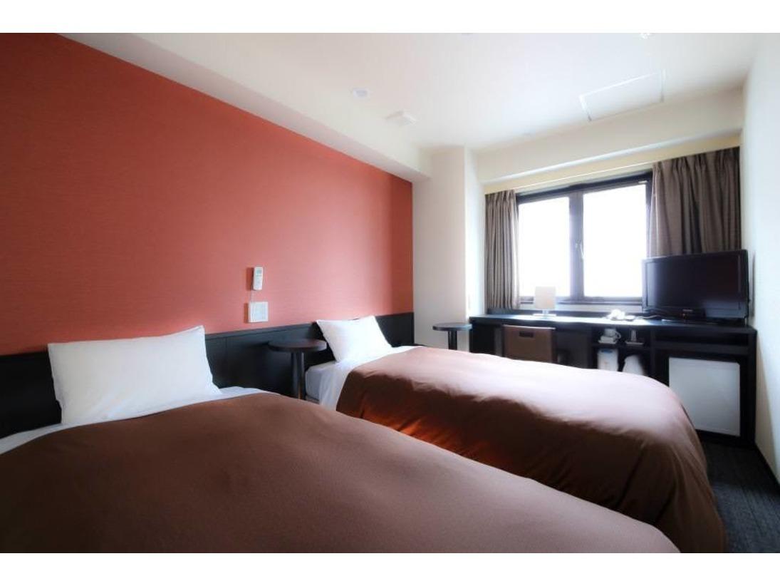 15平米のツインルーム。シングルベッド2つはキャスター付きなのでくっつけてハリウッドタイプにもできます。荷物を広げたり使い方はお客様次第です。
