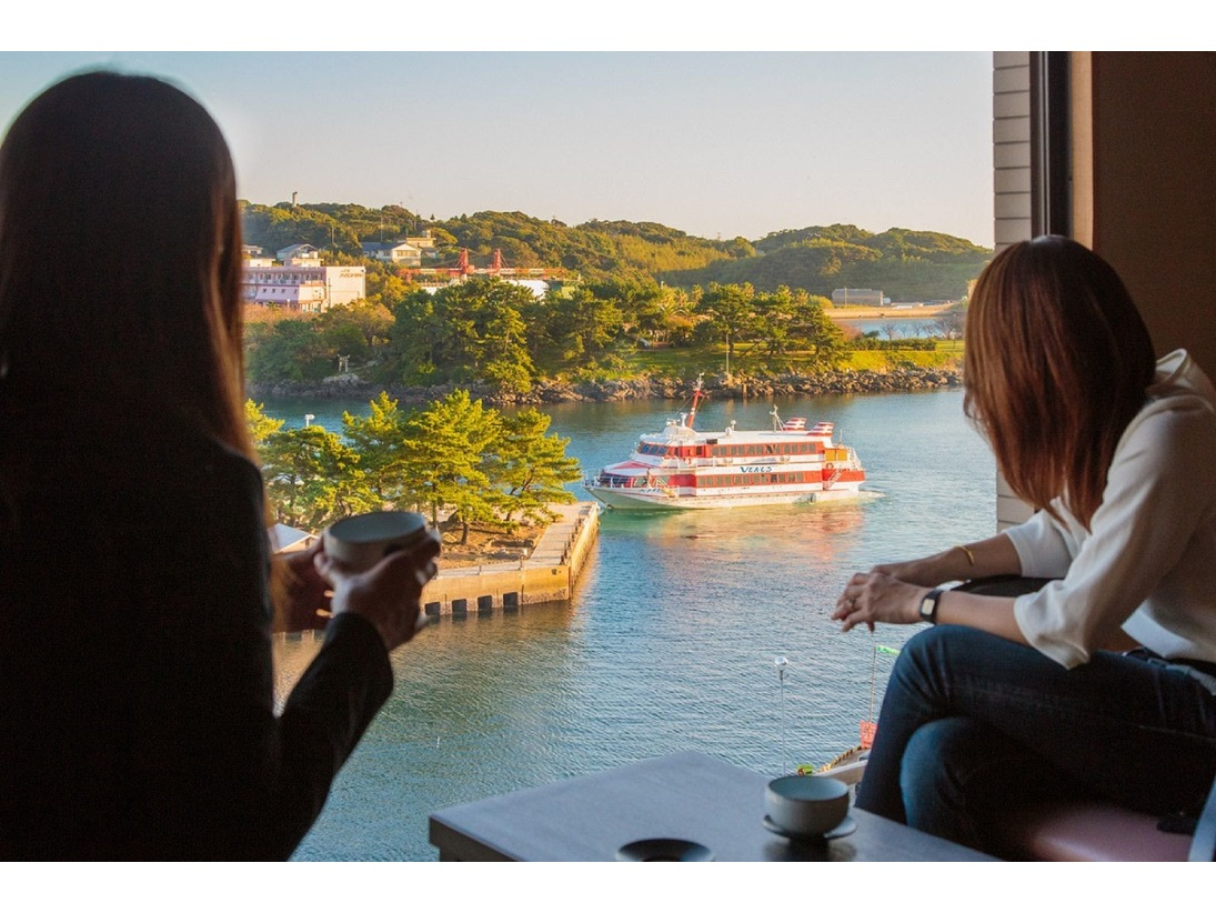 漁船や客船が行き交う景色を眺める事ができます。