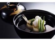 """「季節のものを」「地元の食材にこだわって」ご用意する、当たり前のことを当たり前にするのが「びわ湖花街道」スタイル。""""中川調理長お勧めの湖・山・里の幸""""をふんだんに取り入れた月替わりの会席料理です。"""