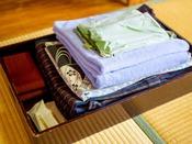 客室のアメニティーはフェイスタオル・バスタオル・浴衣・歯磨きセット・カミソリです。
