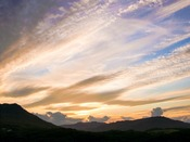 客室の廊下からは山々に沈む色鮮やかな美しい夕日が望めます。