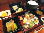 料理旅館が作る山海の幸を使った『宝箱』