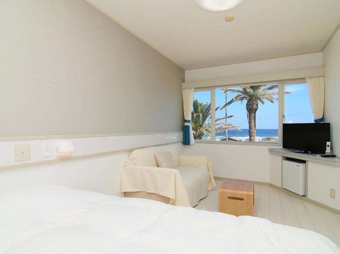 当館の客室の一例です。オーシャンビューのダブルルームで2名様でお過ごし頂けます。