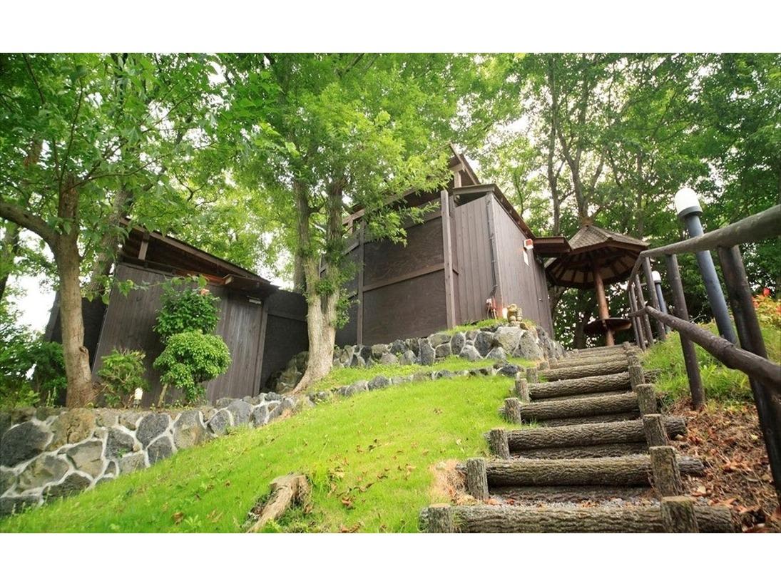 敷地内の高台にある原生林の中に佇む貸切露天風呂ブランとビンタン。