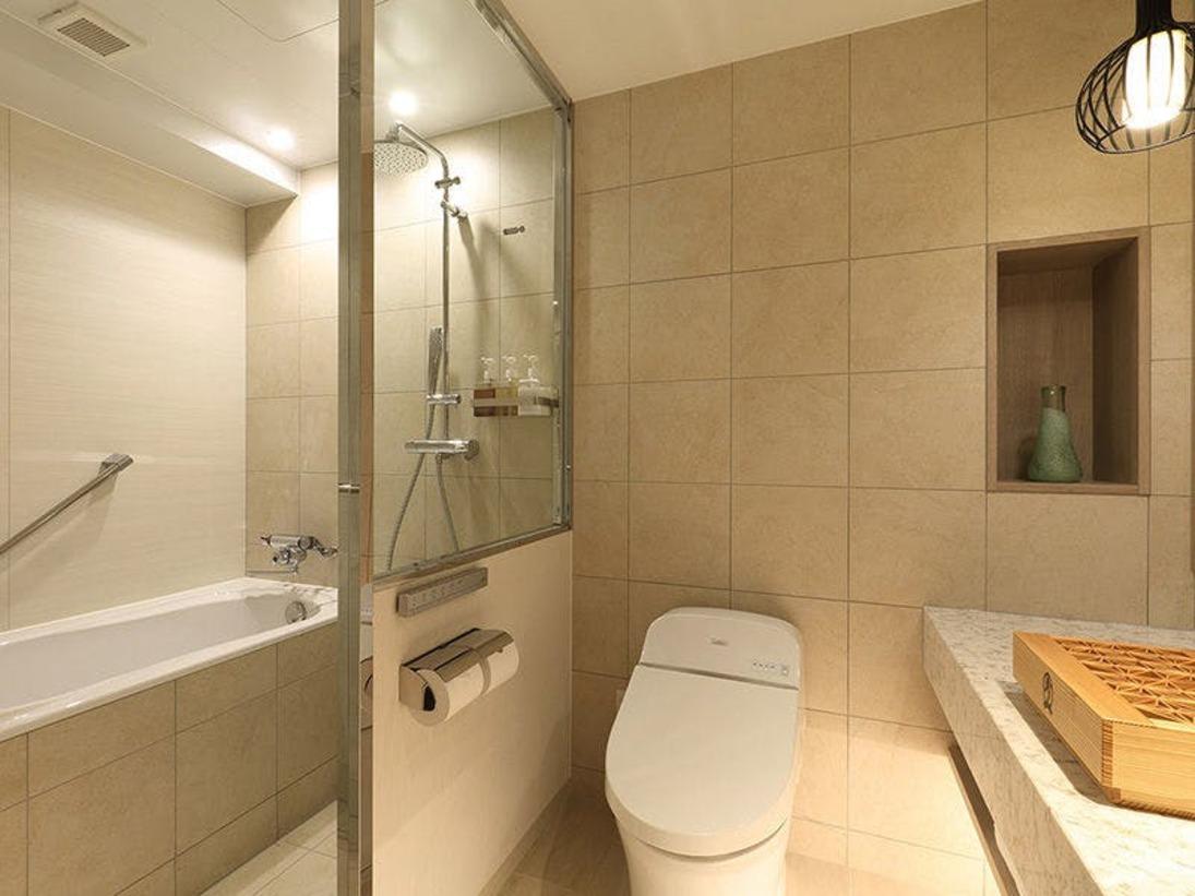 洗い場付バスルーム(モデレートダブル・スーペリアダブル)※バスルームとトイレはガラスで仕切られています。大きめのバスタブにお湯を溜めて、ゆっくり温まりください。バスソルトのご用意もございます。
