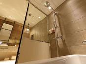 洗い場付バスルームレインシャワーとハンドシャワーを備えています。(モデレートダブル、スーペリアダブル、モデレートツイン、スーペリアツイン)