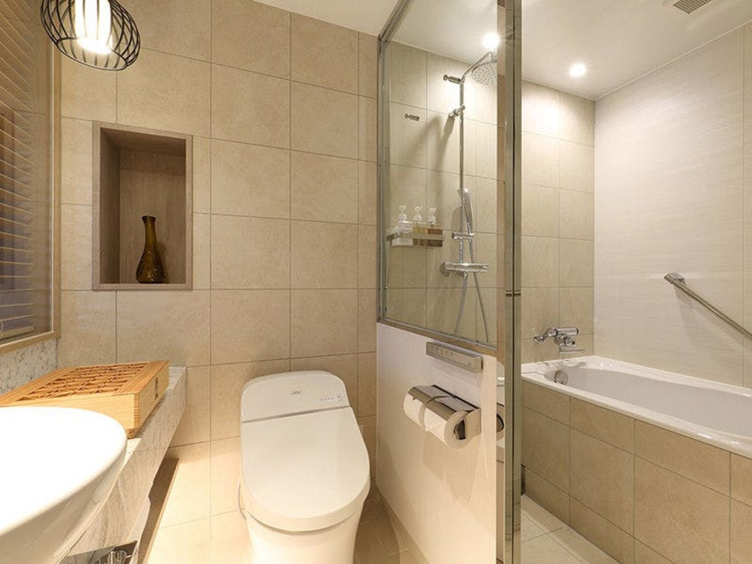 洗い場付バスルーム(モデレートツイン・スーペリアツイン・ハリウッドツイン・ハリウッドトリプル)※バスルームとトイレはガラスで仕切られています。大きめのバスタブにお湯を溜めて、ゆっくり温まりください。バスソルトのご用意もございます。