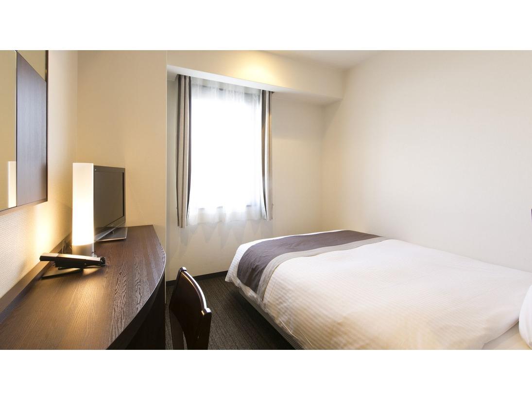 【シングルルーム】ダブルベッドを導入。見た目と機能性どちらも重視したインテリア。