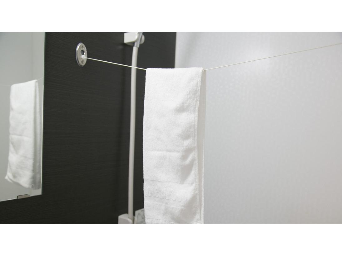 【物干しロープ】バスルームで洗濯物を干すことができます。