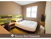 140cm×198cm (シモンズ社製)のベッドをご用意。カップル、お1人様でもゆったりとお過ごし下さい