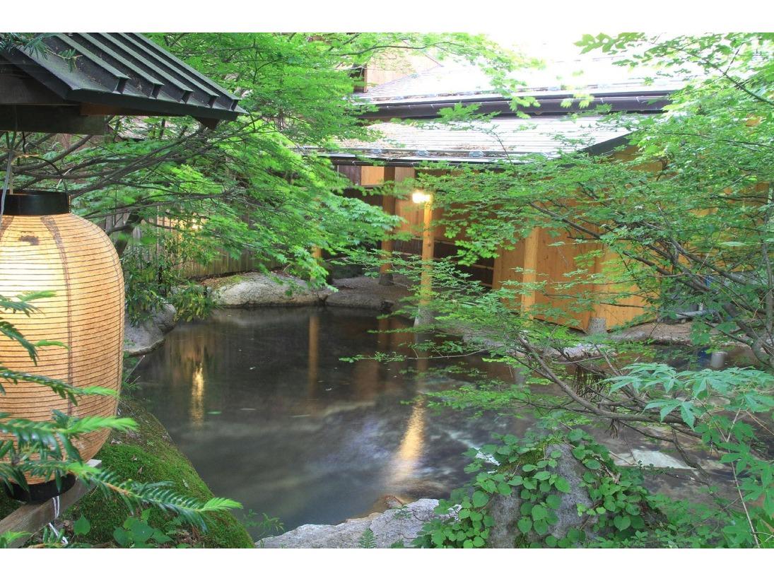 夏の深緑に囲まれた露天風呂