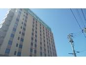 JR東北新幹線古川駅正面出口徒歩約2分、平面駐車場99台ご用意(先着順)、天然温泉大浴場完備!