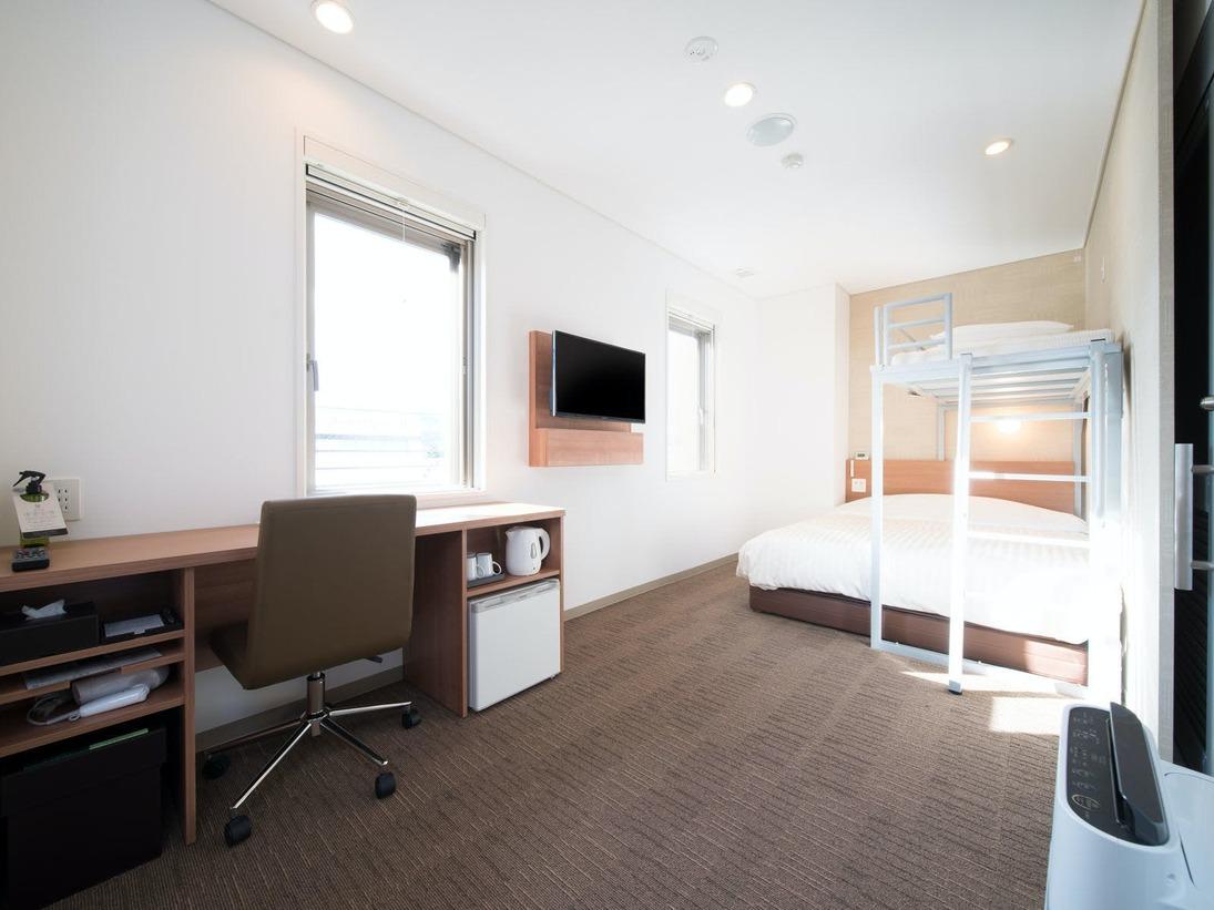22.18平米あるバリヤフリーの快適なお部屋です。・お部屋はスーパールーム(150センチ幅ワイドベッド+ロフトベッドをご準備致します。