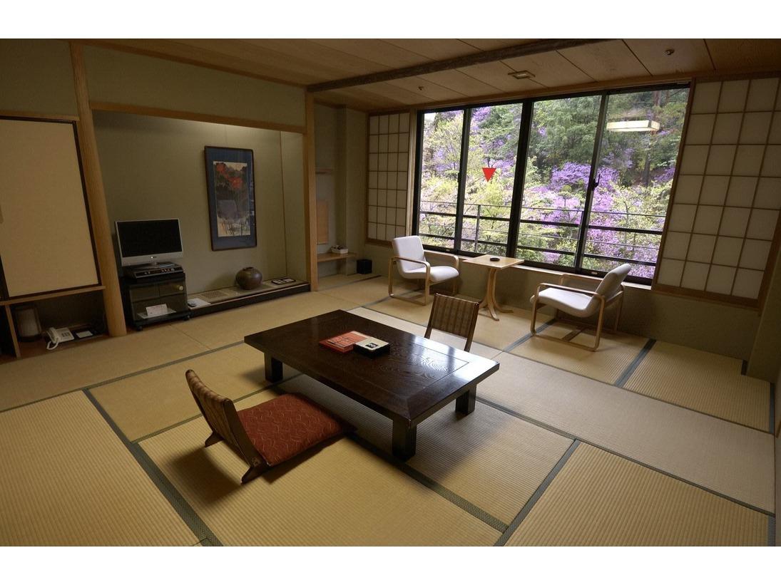 <和室12.5畳> 鳥の歌声とヒグラシの声、 四季折々の花や風景がお楽しみいただけます。