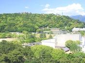 お城側の部屋からは松山城が一望できます
