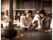【囲炉裏ラウンジ】ゆったりとしたソファースペース、読書やインターネットに最適なテーブルスペースなど