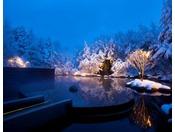 【露天風呂 浮湯】冬の凛とした空気の中、雪を眺めながら愉しむ雪見露天風呂