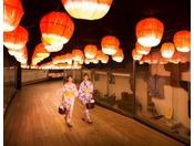 【じゃわめぐ広場】廊下には季節ごとにかわいい灯篭が飾られ広場までの道のりが楽しい気持ちになります。