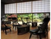 【ロビー】栗の木でつくられたモダンな椅子とテーブル