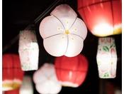 【ヨッテマレ花見まつり(春)】じゃわめぐ広場にはかわいらしいりんごの花を模した花提灯