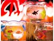 【しがっこ金魚まつり】日本初の貸し金魚。夜の静かなお部屋で優雅に泳ぐ金魚の姿をご覧ください