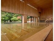 【内湯 ひば湯】青森ヒバを天井、壁、浴槽にふんだんに使用し木の肌触りと清々しい香りの内湯
