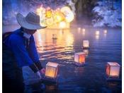 【露天風呂 浮湯】お客様の願いをのせて小灯籠を池に浮かべます