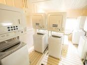 2Fにランドリーコーナーを仮設しております。洗濯機5台、乾燥機5台。