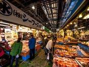 宮古の台所『宮古市魚菜市場』へは約23km。魚介や海産物、野菜がずらりと並ぶ市場。毎週水曜定休日。