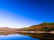 北上山地の中にある人造湖『岩洞湖』。湖面に映りこむ樹々の緑や紅葉や空の青などがとてもきれいです。2012年10月27日撮影[グリーンピア三陸みやこより76.5km]