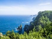 田野畑村『北山崎』へは約40km。高さ200mもの断崖が8kmにも続く迫力の海岸美は息をのみます。