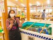 生簀で旬の海産物などを提供します。道の駅たろう産直施設『とれたろう』へは約8km。
