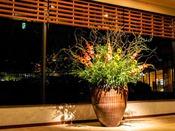 ロビーでは四季折々の生花で皆様をおもてなしいたします。