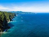 田野畑村『鵜ノ巣断崖』へは約21km。標高200mにも及ぶ断崖絶壁、突き出したような地形が特色です。