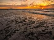 『釜谷浜海水浴場』へは約280km。夕陽の美しさから『サンセットビーチ釜谷浜』とも呼ばれています。