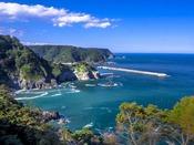 景勝地『熊の鼻展望台』へは約13km。海底の地形によって鮮やかなブルーとグリーンの海がきれいです。