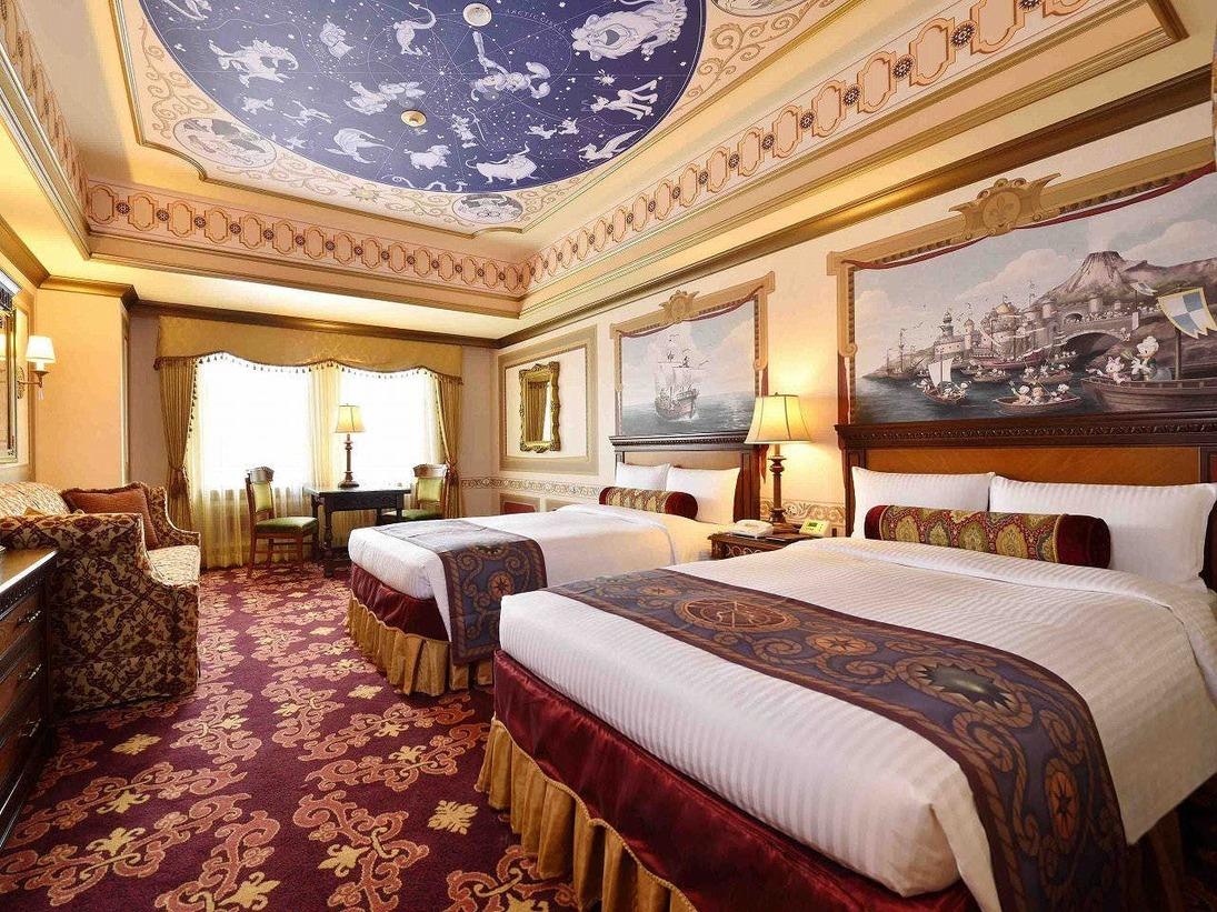 """イタリア語で""""船長""""や""""隊長""""を意味する""""カピターノ""""と名付けられたこの客室は、ミッキーと仲間たちの航海をテーマにしています。壁にはガリオン船での航海の様子が、天井には夜空を彩る星座が、それぞれディズニーの仲間たちと共に描かれています。"""